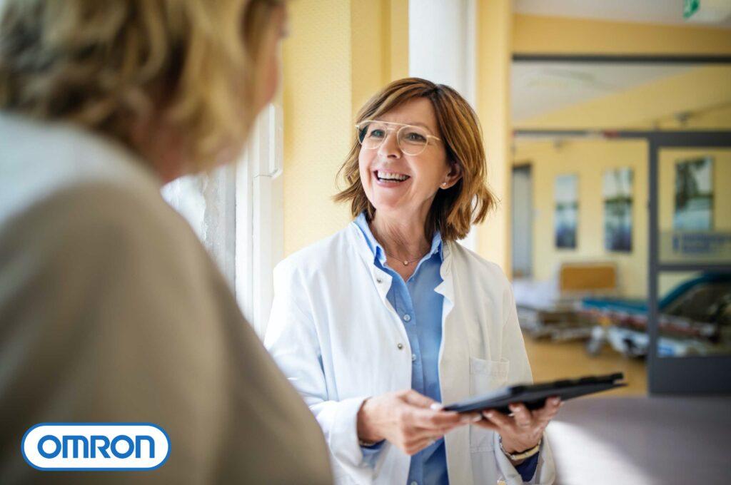 Medica conversando com paciente mulher